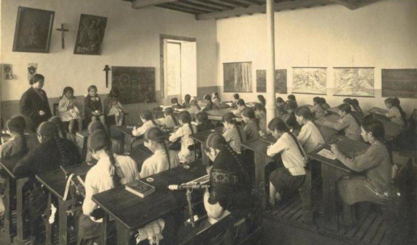 Escola de nenas en Valga